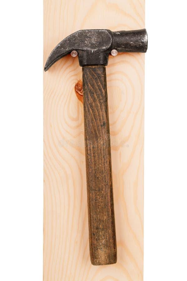 Marteau sur un conseil en bois images libres de droits