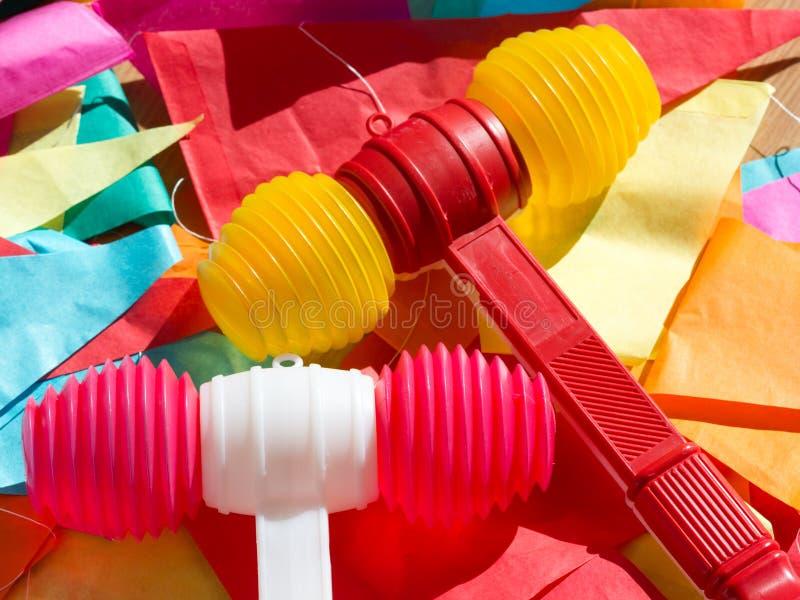 Marteaux en plastique et étamine colorés lumineux Festa de Sao Joao photos stock