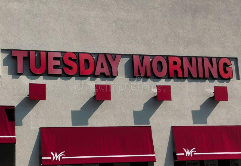 Martedì mattina logo del deposito e parte anteriore del deposito fotografie stock