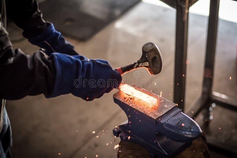 Martellamento dell'acciaio fotografie stock libere da diritti
