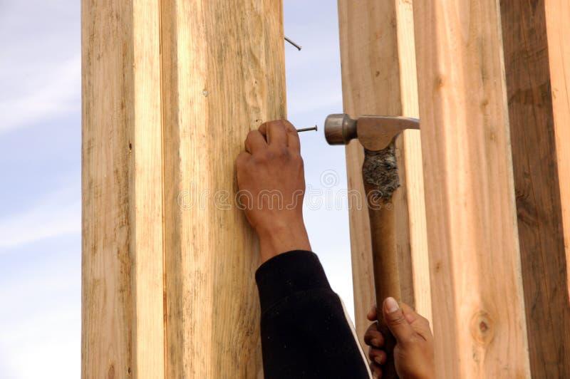 Martellamento ispanico del carpentiere fotografia stock libera da diritti