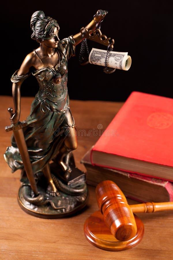 Martelletto del giudice, di Temida e libri fotografia stock libera da diritti