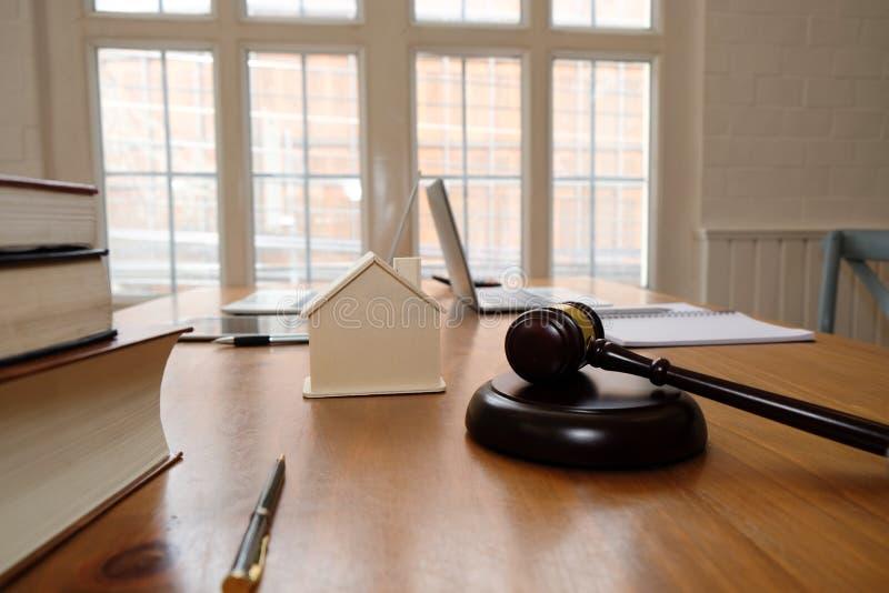 martelletto del giudice & modello della casa legge della proprietà & concetto dell'asta della proprietà fotografie stock