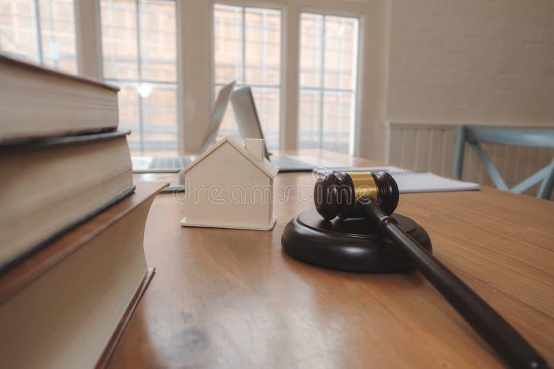 martelletto del giudice & modello della casa legge della proprietà & concetto dell'asta della proprietà immagini stock