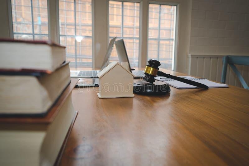 martelletto del giudice & modello della casa legge della proprietà & concetto dell'asta della proprietà fotografia stock libera da diritti