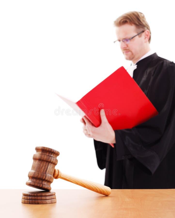 Martelletto della giustizia, del giudice della lettura parte posteriore dentro fotografie stock
