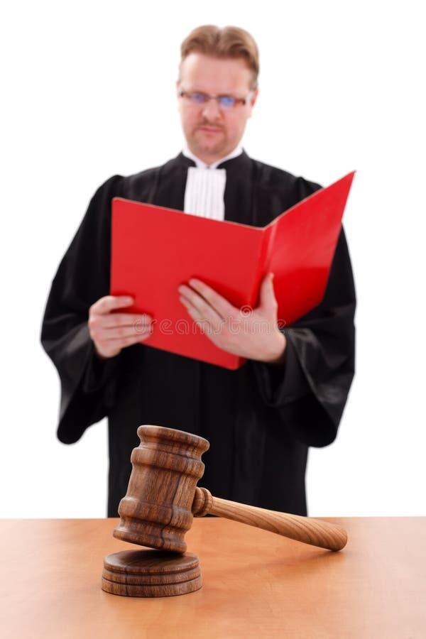Martelletto della giustizia nella parte anteriore, del giudice della lettura parte posteriore dentro fotografia stock