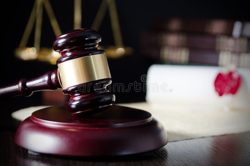 Martelletto di legge in aula di tribunale Sistema giudiziario immagine stock