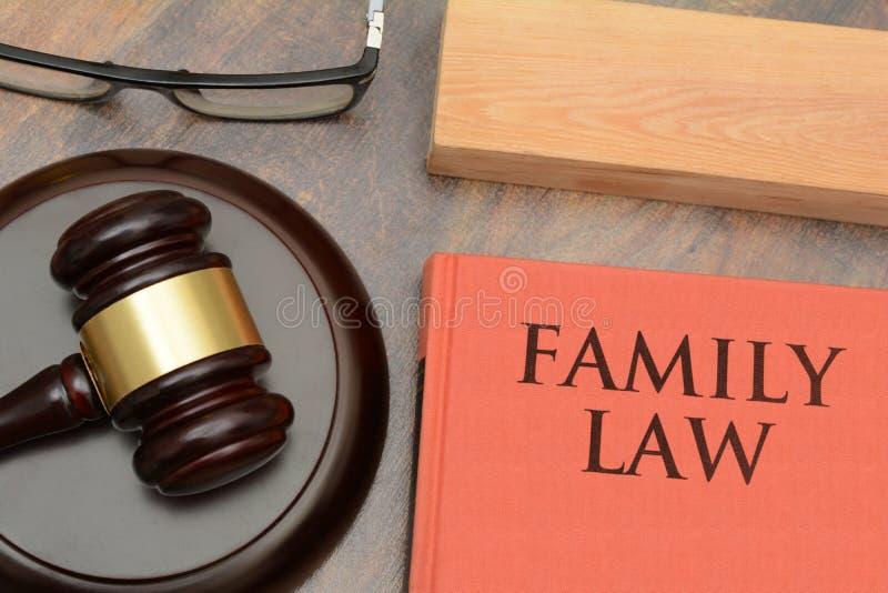 Martelletto di legno di diritto di famiglia e libro rosso fotografie stock libere da diritti