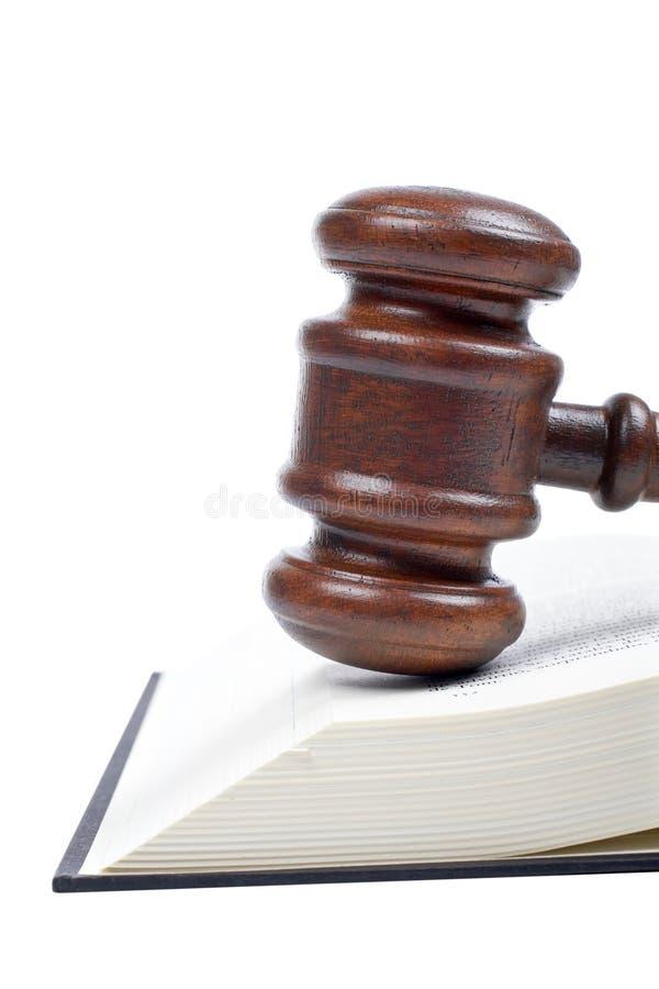 Martelletto e libro di legge di legno fotografia stock libera da diritti