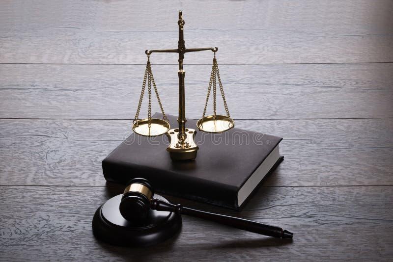 Martelletto e scale del giudice fotografie stock libere da diritti