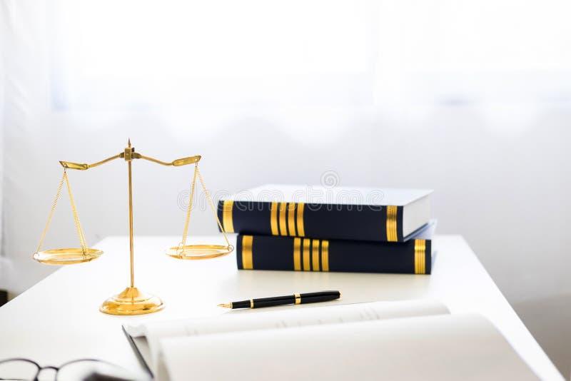 martelletto e soundblock di legge e dell'avvocato della giustizia che lavorano a di legno fotografia stock libera da diritti