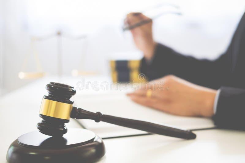 martelletto e soundblock di legge e dell'avvocato della giustizia che lavorano a di legno immagini stock