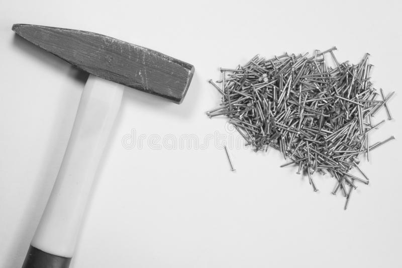 Martello con i chiodi isolati su fondo bianco immagini stock