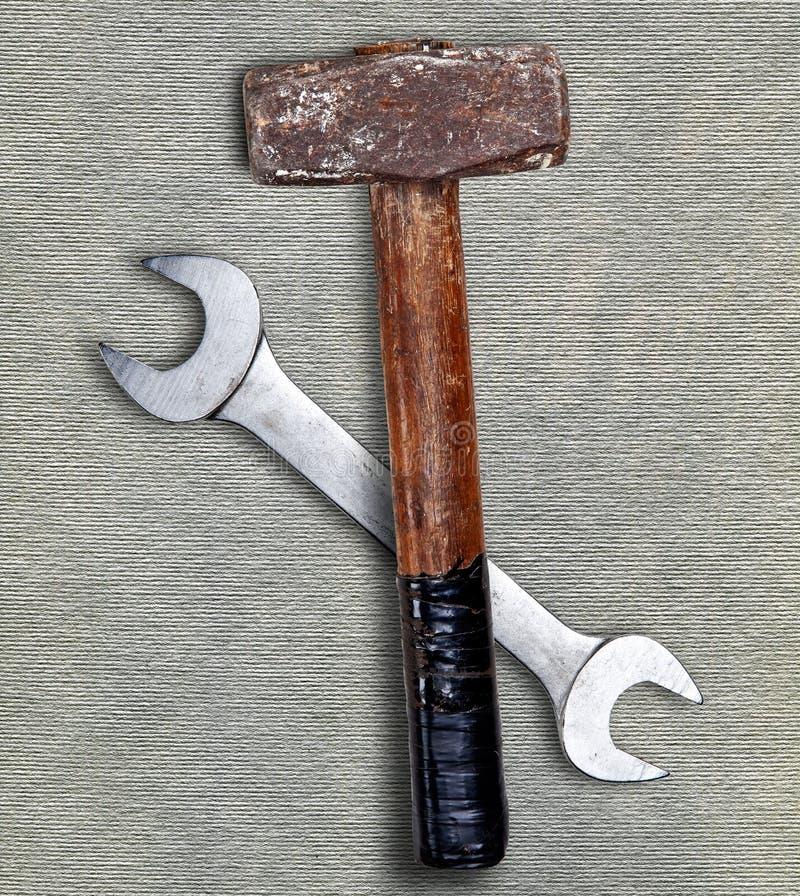 Martello e chiave su grey fotografie stock libere da diritti