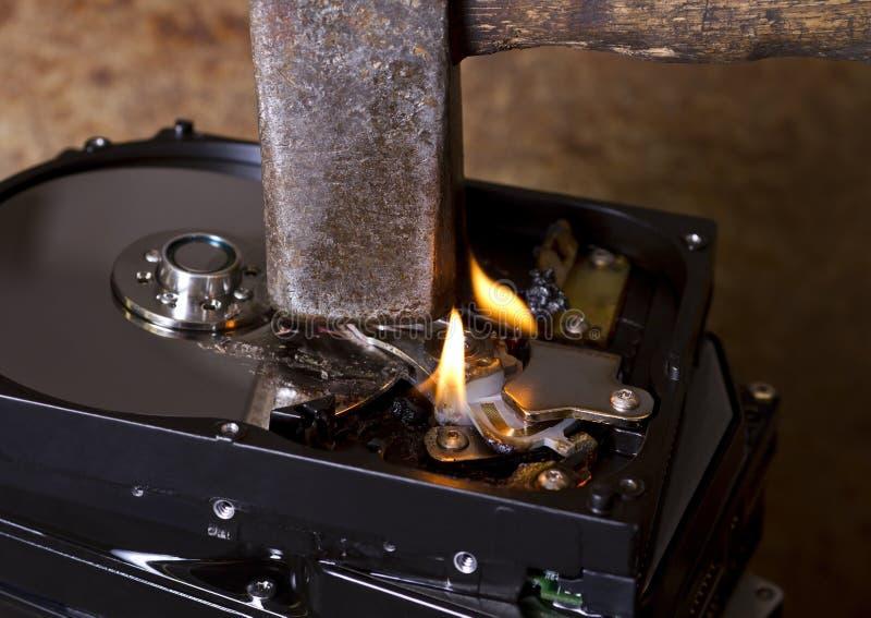 Martello e dischi rigidi brucianti fotografie stock