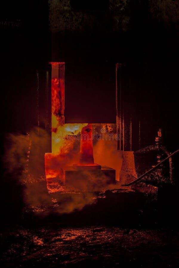 Martello forgiato goccia nel processo di pezzo fucinato fotografia stock