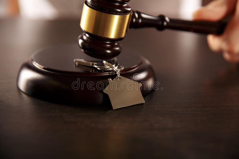 Martelo de madeira com chaves na mesa Conceito da propriedade imagens de stock royalty free