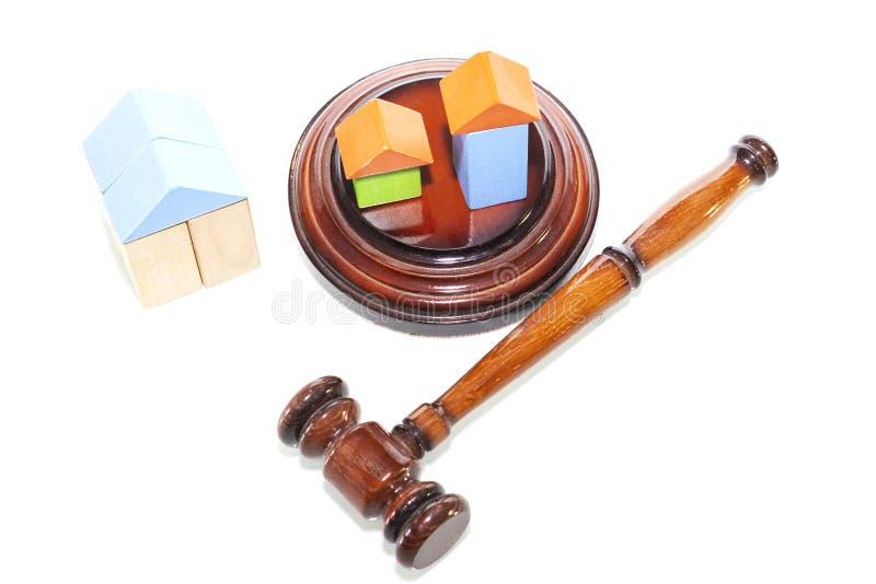 Martelo de madeira da casa e do juiz em um fundo branco É fotografia de stock royalty free