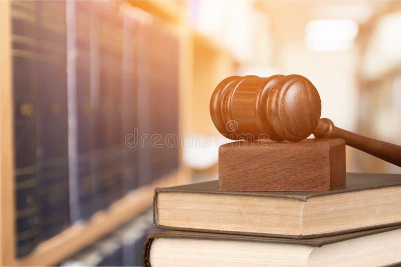 Martelo de madeira do juiz na pilha de livros com copyspace imagens de stock royalty free