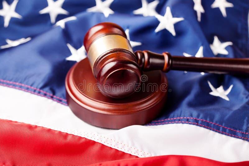 Martelo de madeira do juiz no fundo da bandeira americana fotografia de stock royalty free