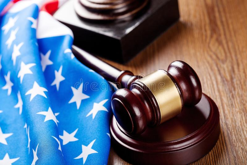 Martelo de madeira do juiz no fundo da bandeira americana fotos de stock
