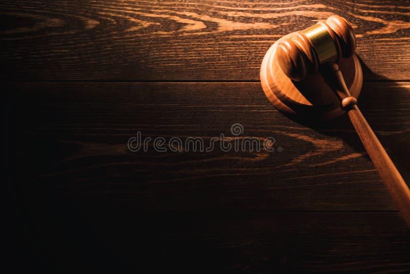 Martelo de madeira do martelo do juiz no fundo de madeira da tabela Luz dram?tica Copie o espa?o fotografia de stock royalty free