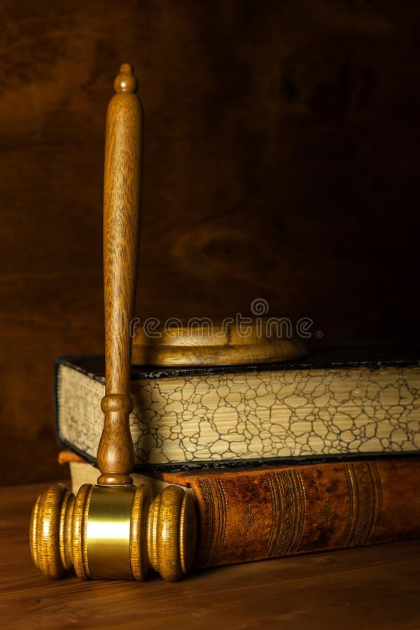 Martelo de madeira do juiz, opini?o do close-up O martelo do juiz na tabela Lei e pedido Conceito da lei e da justi?a foto de stock royalty free