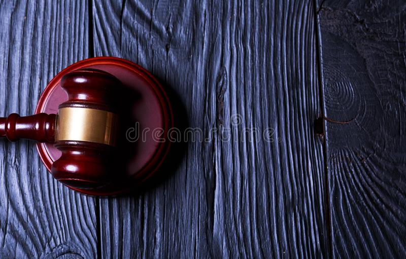 Martelo de madeira do juiz, vista superior fotos de stock