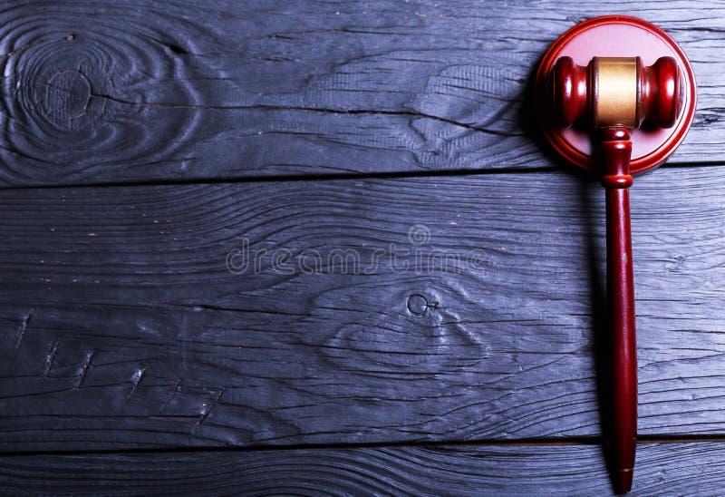 Martelo de madeira do juiz, vista superior foto de stock