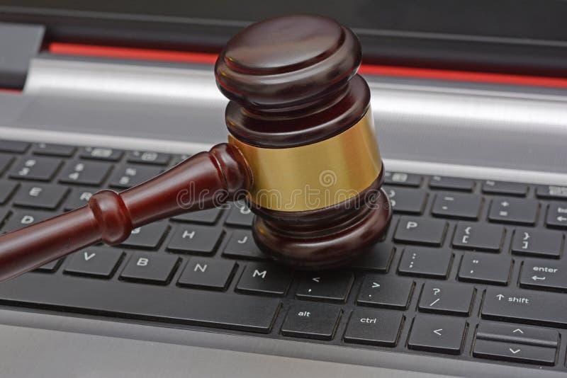 Martelo de madeira do leilão em linha no teclado de computador fotos de stock royalty free