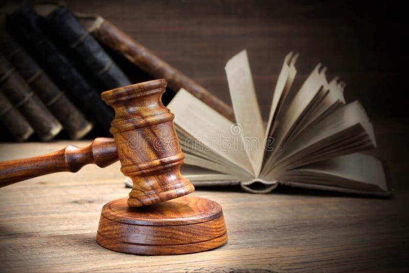 Martelo de madeira dos juizes e livros de lei velhos no fundo de madeira foto de stock royalty free