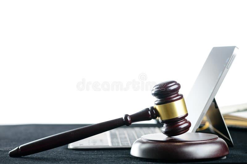 Martelo de madeira dos juizes em um teclado de computador no fundo claro foto de stock royalty free