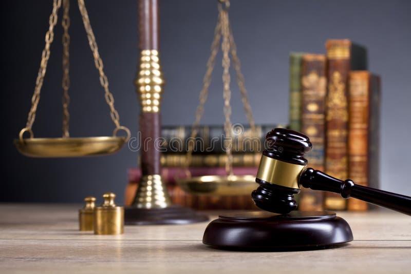 Martelo de madeira dos juizes, escalas douradas de justiça Conceito da LEI fotos de stock royalty free