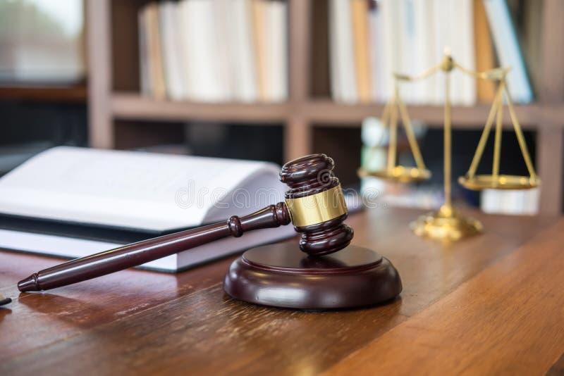 Martelo de madeira dos juizes na tabela de madeira no fundo claro, justiça fotos de stock royalty free