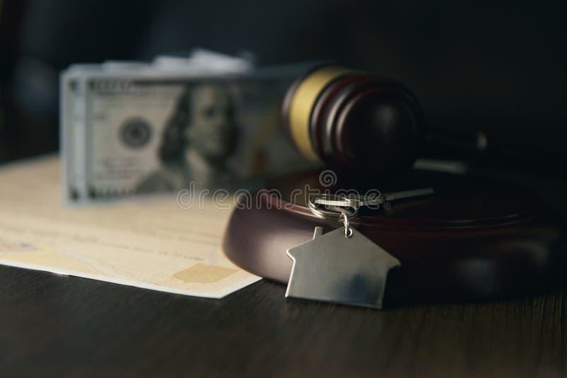 Martelo de madeira e casa para a casa que compra ou que vende do oferecimento ou advogado de bens imobiliários da casa e fotografia de stock