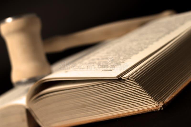 Martelo de madeira e livro de lei velho fotografia de stock royalty free
