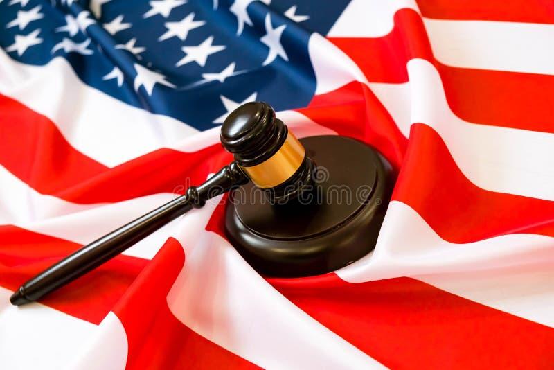 Martelo de madeira e soundboard do juiz que colocam sobre a bandeira dos E.U. Martelo e martelo Lei e justiça americanas Concept  imagens de stock