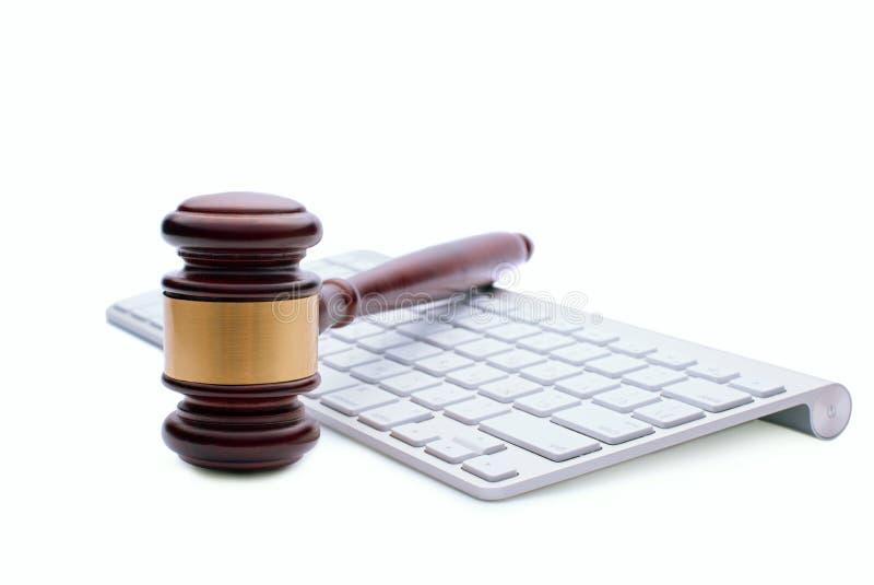 Martelo de madeira em um teclado de computador branco imagens de stock
