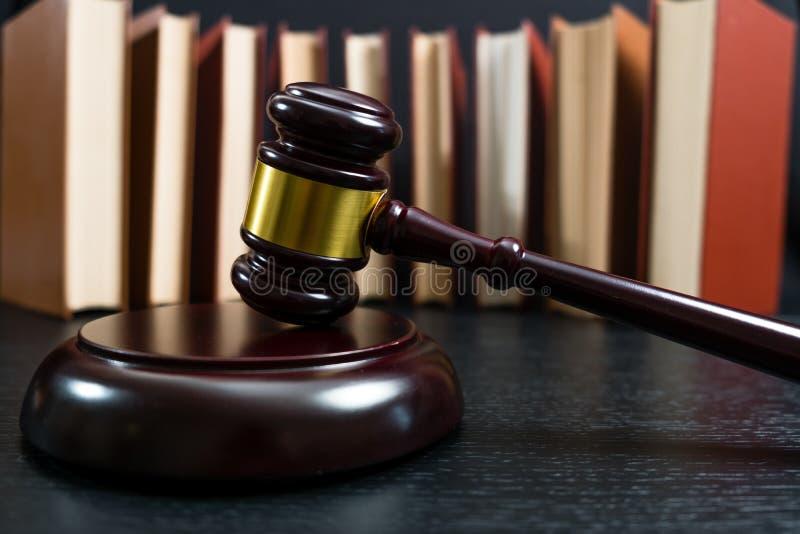 Martelo do juiz ao lado da pilha dos livros imagens de stock