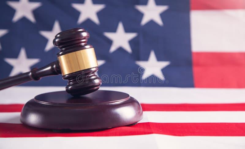 Martelo do juiz com bandeira americana foto de stock royalty free