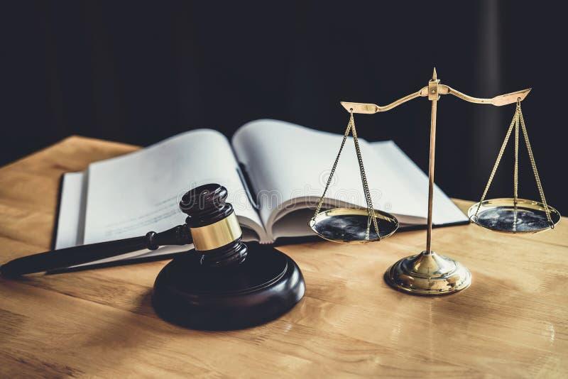 Martelo do juiz com a escala de justiça, dos documentos do objeto que trabalham na tabela na sala do tribunal, do conselho legal  imagem de stock