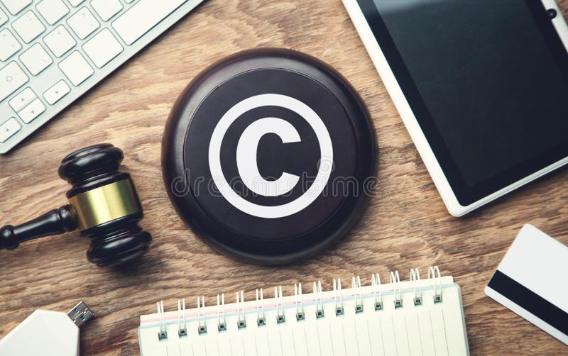 Martelo do juiz com tabuleta copyright Propriedade intelectual fotos de stock