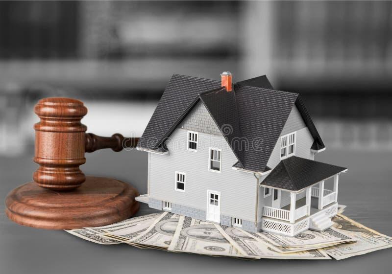 Martelo do juiz e casa e dinheiro de madeira imagens de stock