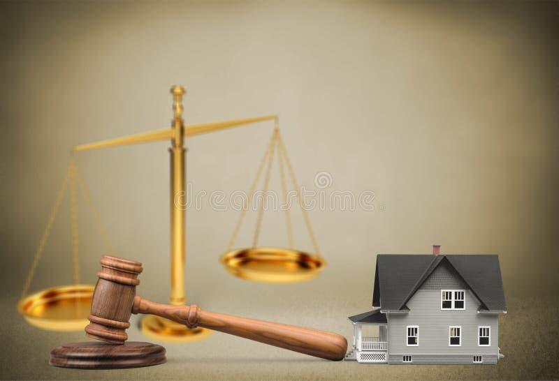 Martelo do juiz e casa e escalas de madeira na tabela imagens de stock