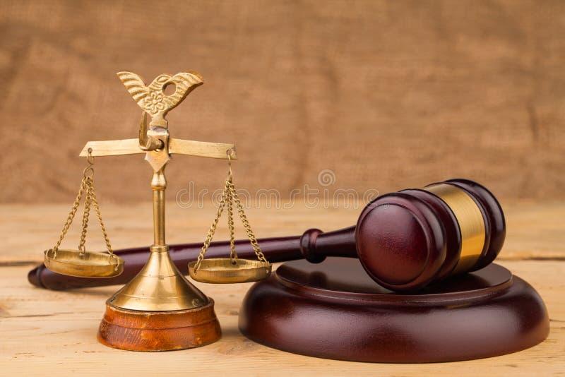 Martelo do juiz e close up das escalas fotos de stock royalty free