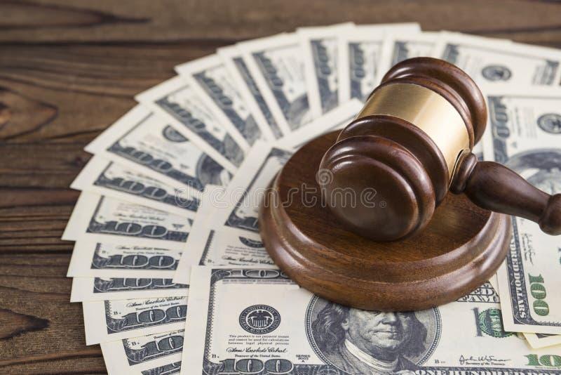 Martelo do juiz e das cem cédulas do dinheiro do dólar fotografia de stock royalty free