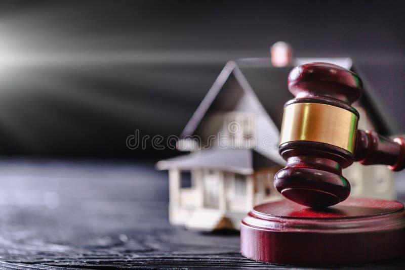 Martelo do juiz e modelo de madeira da casa com fotografia de stock
