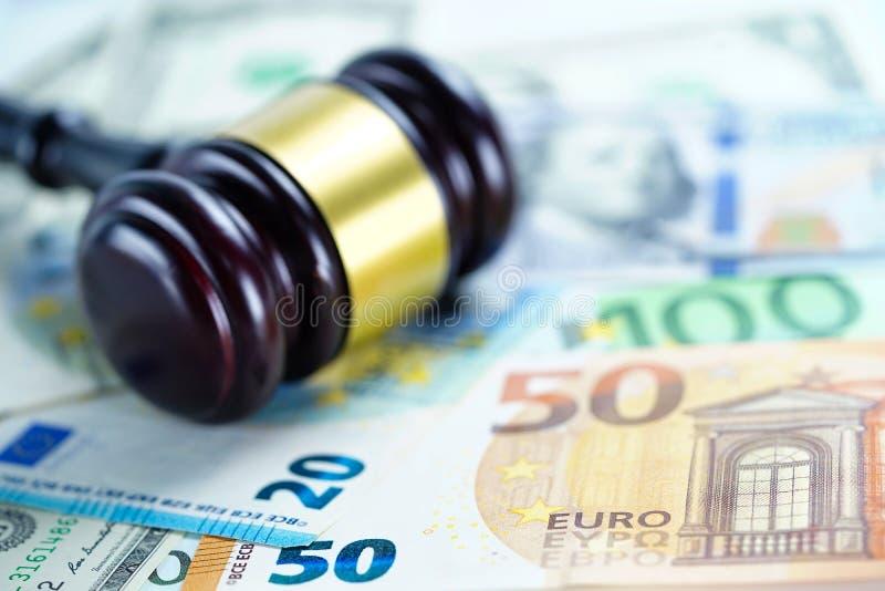 Martelo do juiz em cédulas do Euro e do dólar americano imagem de stock royalty free