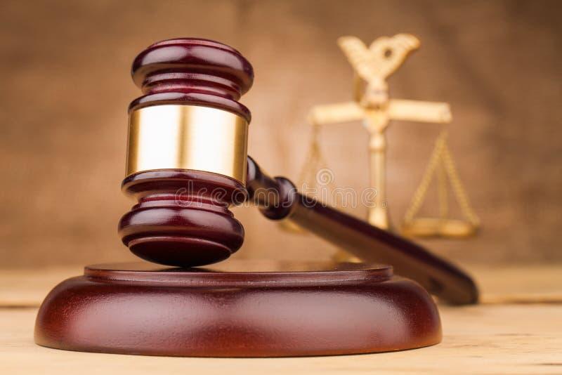 Martelo do juiz na tabela fotos de stock